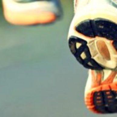 Man sieht Füße mit Laufschuhen