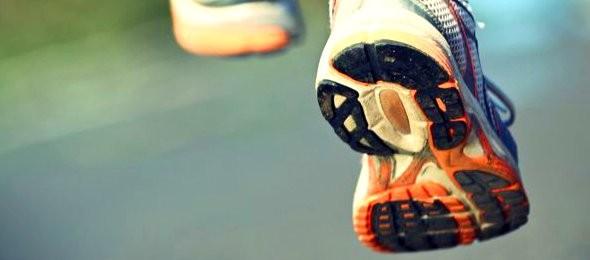 In Punkto Dämpfung und Kontrolle zeigen klassische Laufschuhe deutliche Unterschiede zu Barfußschuhen
