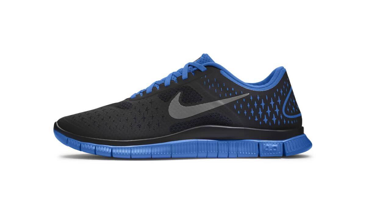 Das Bild zeigt den Nike Free 4.0. Der Barfußschuh besteht aus einem schwarzen Obermaterial. Schnürsenkel und Sohle sind blau.