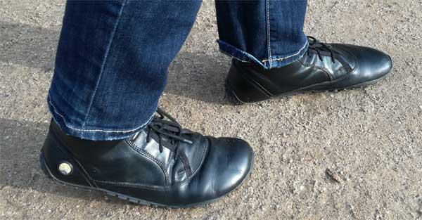 Das Modell fancyToes von Joe Nimble - ein Lederbarfußschuh für Damen in schwarz der sich angenehm weich trägt