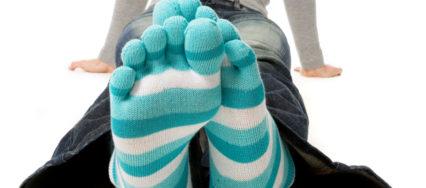 Man sieht blaugestreifte Zehensocken