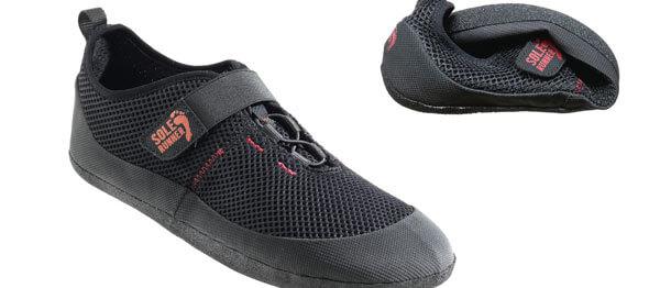 Sole Runner Barfußschuhe - hier der FX Trainer in schwarz/rot aus Mesh - sind sehr flexibel und geben den Füßen viel Bewegungsfreiheit