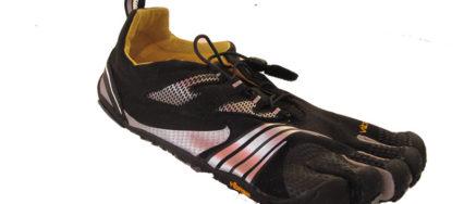 Zu sehen ist ein Zehenschuh von Vibram in schwarz, der vor mit weißen und silbernen Streifen verzeirt ist.