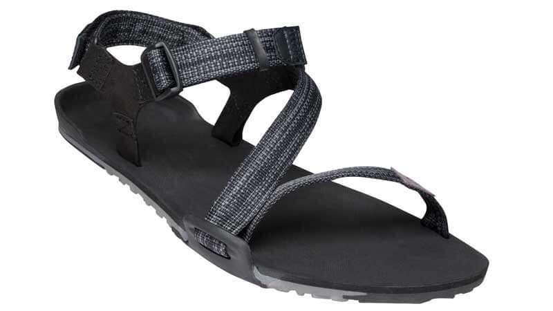 Man sieht den Z-Trail in der Modellansicht. Eine schwarze Barfuß-Sandale mit modernen Schnürriemen
