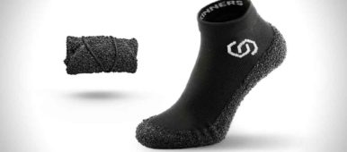 Die Skinners Socke in schwarz, das Obermaterial ist ein Stretchgewebe, die Sohle ist aus ultraabriebfestem Polymer. Quelle: Skinners