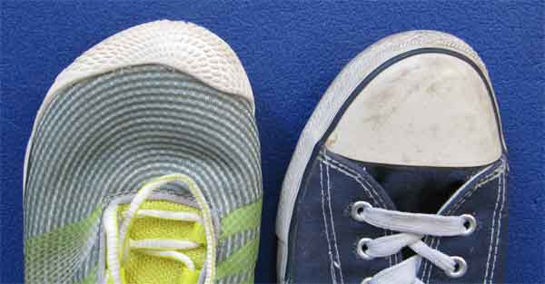 Barfußschuhe sind im vorderen Bereich weit geschnitten, wie hier im Vergleich zu einem Converse-Schuh gut zu sehen ist.