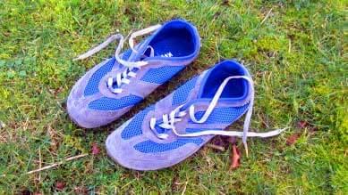 Der Magical Shoe Reflector aus Wildleder und tiefblauen Mesh