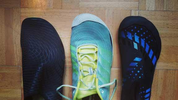 Lniks das Modell Saguaro, in der Mite ein Barfußschuh von Merrell, rechts das Modell Sixspace:: Aquaschuhe wie der Saguaro laufen in der Regel vorne spitzer zu und haben dadurch weniger Zehenfreiheit