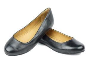 Barfuß Ballerina gibt es mittlerweile in vielfältigen Designs. So wie hier das Modell ZAQQ QUARMA - eine edle Ballerina aus schwarzen Nappa-Leder