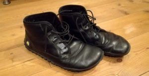 Die fancyToes von Joe Nimble im Test: Der schwarze Lederstiefel ist innen mit Filz gefüttert und eignet sich als Winter-Barfußschuh hervorragend