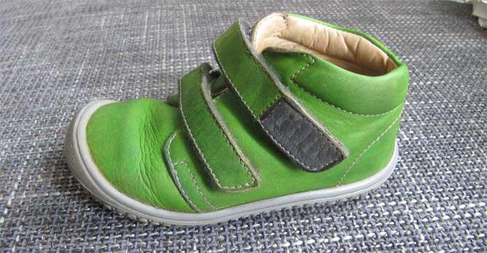 Das Modell Chamäleon von Filii im Test - ein grüner knöchelhoher Kinderschuh aus Leder mit zwei Klettverschlüssen