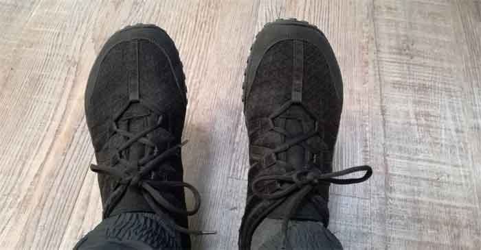 Das Obermaterial des nimbleToes besteht aus einem dichtgewebten Mesh, das gleichzeitig sehr atmungsaktiv ist. Außerdem zu sehen: Die Schnürung, die sich über den ganzen Fußrrücken zieht und somit den Drcuk auf dei Füße gleich verteilt.