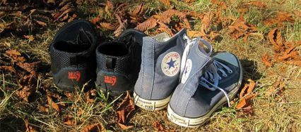 Links: Barfußschuhe von Sole Runner, rechts: knöchelhohe Chucks in blau von Converse
