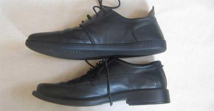 Oben der ZAQQ-Businessschuh ohne Absatz, untern ein normaler Business-Schuh mit merh als 2,5 cm Absatz