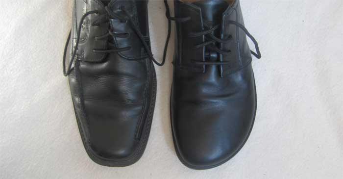 """Links ein """"noramler"""" Businessschuh, rechts der ZAQQ-Lederschuh: Gut zu sehen ist, dass der normale Schuh vorne spitz zuläuft und dadurch die Zehen einschränkt. Nicht so der ZAQQ-Schuh, der vorne recht weit geschnitten ist."""