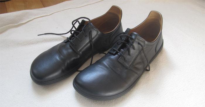 Der ZAQQ Piquant: hier als Modell aus schwarzem Leder. Beide Schuhe sind abgebildet und sehen sehr schlicht und elegant aus.