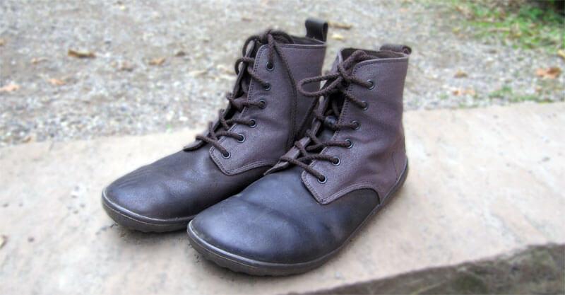 Der Vivobarefoot Scott Men in braun. Im Vorfußbereich dunkles Leder, um den Schaft herum Canvas.