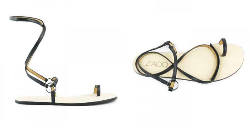 Der ZAQQ MINIQ. Eine Barfuß-Sandale mit sehr dünnen schwarzen Riemen , die um die Knöchel geschwungen werden.