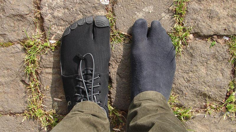 Am linken Fuß habe ich den Freet Leap angezogen. Am rechten Fuß trage ich nur sogenannte Tabi-Socken, die man für den Freet Leap wegen der Großzehentrennung braucht.