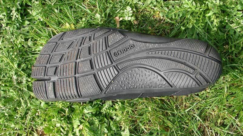 Ein Blick auf die Sohle des Freet Leap. Vorne ziehen sich etwa 2 Millimter den Schuh und bilden ein schachbrettartiges Muster. Im Breich Ferse und Mittelfuß durchschneiden nur drei Längsschnitte die Sohle.
