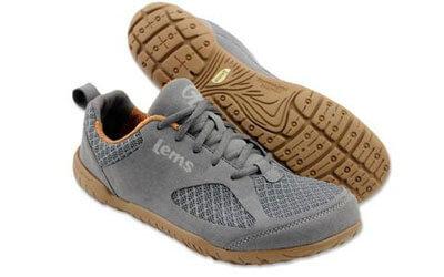Grauer Sneaker mit ockerfarbenen Sohle