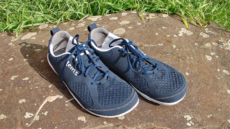 Lems Shoes - hier auf dem Bild das Modell Primal Eclipse mit dunkelblauen Obermaterial und weißer Sohle