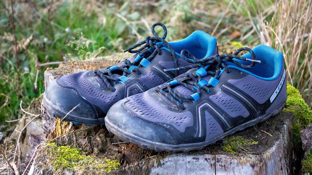 Der Mesa Trail von Xero Shoes. Hier abgebildet in der Natur. Das Obermaterial ist eine Mischung aus Blau und Grau