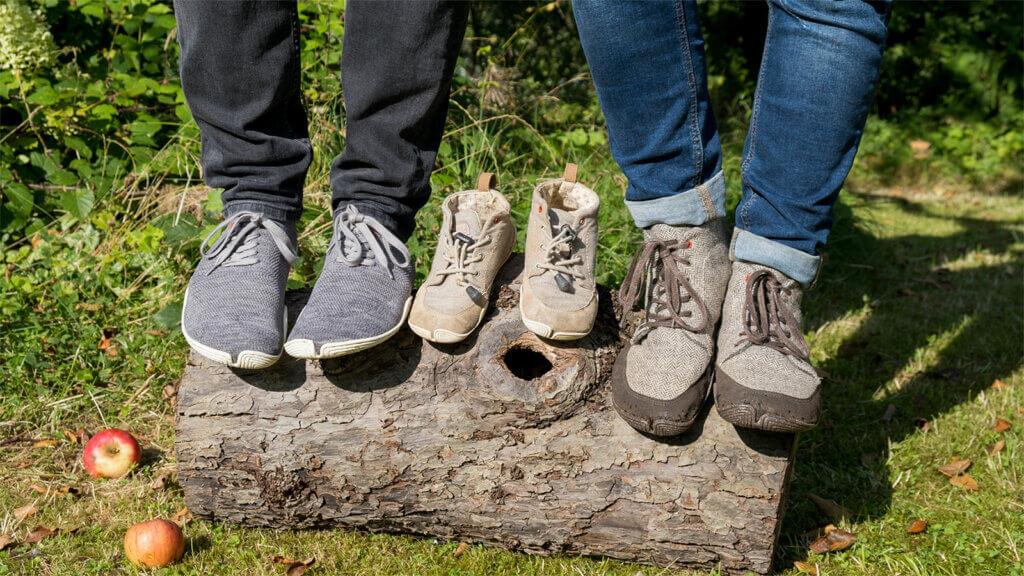 Zu sehen sind die Wildling Barfußschuhe, die wir für unseren Test ausprobiert haben. Links die Sneaker von Dirk, in der Mitte die Wildlinge unseres Kleinen, rechts die braunen Winter-Wildling von Steffi.